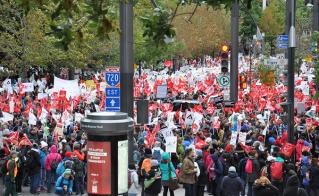 Des milliers de collègues des huit syndicats affiliés à la FAE étaient à la manif.  © Yves Parenteau