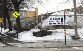 La neige fond, mais la banderole résiste à l'école Alphonse-Desjardins.