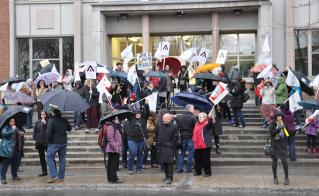 Une centaine de membres des syndicats de la CSDM se sont présentés au Conseil de commissaires, le 22 avril dernier.