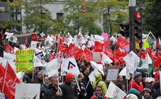 La foule était dense à la fin de la marche, à la Place du Canada. © Yves Parenteau