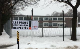 La banderole est très visible à l'école Saint-Fabien.