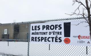 La banderole de l'école Marie-Favery a fière allure sur la rue Christophe-Colomb.