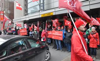 Près de 200 militantes et militantes de la FAE ont bloqué l'accès au Centre Sheraton, le vendredi 11 mars. © Yves Parenteau