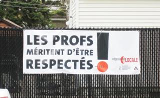 La bataille de la négo locale est terminée, mais la lutte continue. Des parents d'élèves de l'école Léonard-de-Vinci, habitant en face du centre Yves-Thériault, démontrent clairement leur appui aux profs.