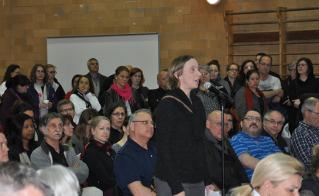 Catherine Renaud, présidente de l'Alliance, au micro devant les commissaires.