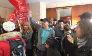 Bruyants et dérangeants, les militants de la FAE ont fait fuir le ministre. © Yves Parenteau