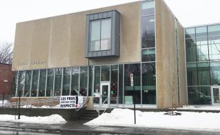 À l'école La Visitation, le design de la nouvelle section de l'édifice est encore plus beau avec la banderole.