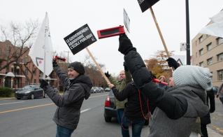 Les passants ont témoigné leur solidarité aux militants bloquant les accès de la rue Rachel. © Darren Ell