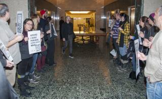 Le commissaire Jean-Denis Dufort a traversé la haie de militantes et militants de l'Alliance. © Yves Parenteau