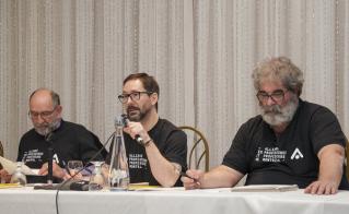 Les responsables de l'action-mobilisation, Martin Bibeau, vice-président, et Yves Parenteau, conseiller, instigateurs du projet t-shirt, affichaient également leurs couleurs. (© Annie Favreau)