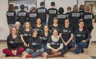 Le membres du personnel témoignent de leur solidarité pour les enseignantes et les enseignants membres de l'Alliance, en lutte pour le renouvellement de la Convention collective locale. (© Yves Parenteau)