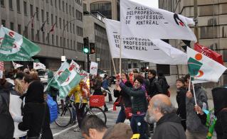 Les drapeaux de l'Alliance sont lourds après une longue journée de grève pour Nathalie Tremblay et Roxanne Messier. © Yves Prenteau