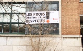 Inspirés par Ginette Reno, les enseignants de l'école Saint-Étienne ont placé leur banderole un peu plus haut, un peu plus loin!