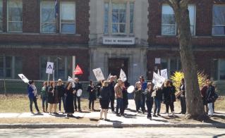 Les profs de l'école Maisonneuve ont piqueté le 7 mai.