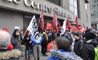 Des militants de la Coalition contre la privatisation et la tarification des services publics se sont joints aux militants syndicaux. © Yves Parenteau