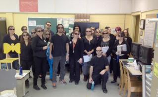 Les collègues de l'école Saint-Enfant-Jésus, arborant lunettes et chandails noirs, ont trouvé une façon originale de passer leur message, dans le cadre de l'opération Comme dans la vraie vie.