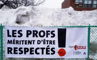 Les collègues de l'école Ahuntsic ont posé la banderole dans des conditions hivernales.