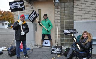 Devant la porte 23, une ligne serrée avec, entre autres, Yves Bernier de l'école Marguerite-de-Lajemmerais. © Yves Parenteau