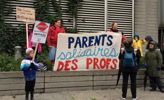 Quelques milliers de parents d'élèves et de citoyens ont marché solidairement avec les profs au centre-ville en après-midi. © Julienne Boily