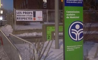 Banderole très visible à Lucien-Pagé, sur le boulevard Saint-Laurent, lors de la rencontre de parents.