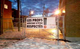 La banderole avec l'éclairage nécessaire pour la mettre en valeur à l'école Saint-Mathieu.
