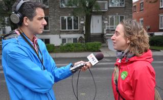 La présidente de l'Alliance et quelques membres ont accordé 22 entrevues, dont celle avec le reporter Dominic Brassard de la chaîne ICI Radio-Canada Première, à l'école Louis-Riel. © Yves Parenteau