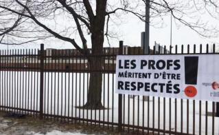 La banderole de l'école Pierre-Dupuy était bien placée au pied du pont Jacques-Cartier.