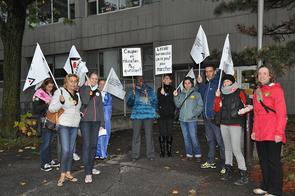 La présidente de l'Alliance a poursuivi sa tournée des piquets de grève en allant saluer les collègues de l'école Léonard-de-Vinci. © Yves Parenteau