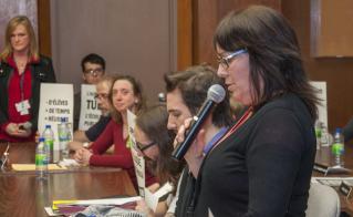 Johanne Latour, de l'école Bedford, accompagnée de plusieurs autres membres de l'Alliance, a posé des questions sur la précarité, les ressources d'adaptation scolaire et les propositions syndicales pour améliorer les conditions d'apprentissage des élèves. © Yves Parenteau