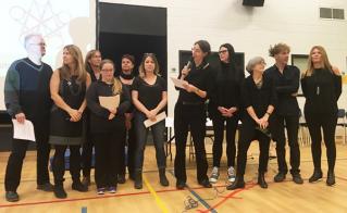 Les personnes déléguées des écoles Barclay, Barthélemy-Vimont et Camille-Laurin, toutes de noir vêtues, ont uni leurs voix pour lire la déclaration syndicale.