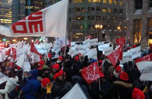 Plus de 1 200 membres des syndicats de la FAE, dont 750 de l'Alliance, ont lancé la phase 1 du plan d'action négo 2015 en manifestant devant les bureaux du premier ministre le 9 février