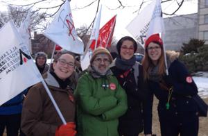 Des membres des trois pavillons de l'école Irénée-Lussier étaient présents au piquetage devant la CSDM le 25 mars 2015.