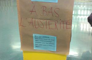 Mortaise derrière chaque prof lors de la remise du bulletin à l'école Jeanne-Mance