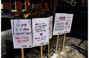 Les collègues de l'école Lanaudière ont repris les slogans de la FAE sur leurs pancartes qui ont été plantées à la vue du public.