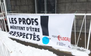 Des citoyens du Plateau appuient les profs de l'Alliance à proximité de l'école Jeanne-Mance.