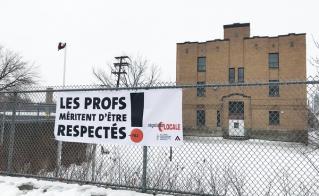 On ne peut pas manquer la banderole de l'école Notre-Dame-de-l'Assomption en passant sur la rue Hochelaga.