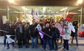 Des membres de l'Alliance sont venus appuyer les collègues de l'APPA, de l'ACEDM et du SNEE qui ont bloqué l'accès à la CSDM le matin du 9 décembre. © Catherine Renaud