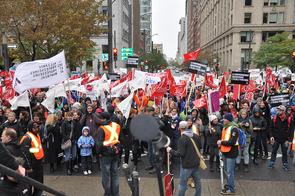 50 autobus ont été nolisés pour les membres de l'Alliance, et des milliers d'autres citoyens se sont joints à la marche en utilisant le transport en commun.  © Yves Parenteau