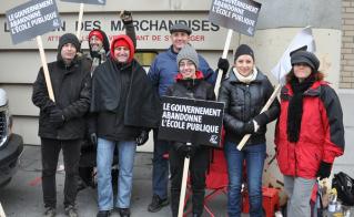 Alliance un jour, Alliance toujours, pour Michel Caisse, nouvellement retraité, qui est venu soutenir ses collègues pour bloquer les garages de la CSDM. © Yves Parenteau