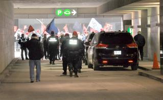 Les forces policières sont rapidement intervenues pour ouvrir le passage aux membres de la Chambre de commerce. © Yves Parenteau