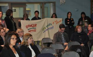 Des militants de l'Alliance ont déployé cette banderole lors du Conseil des commissaires du 20 mai.