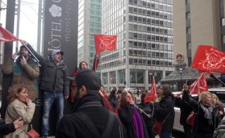 Après une opération réussie, le drapeau de la FAE flottait sur la rue Sherbrooke devant l'Hôtel Omni. © Yves Parenteau