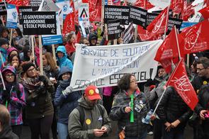 De belles banderoles au square Victoria. © Yves Parenteau