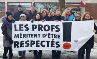 Tous les profs de l'école Saint-Bernardin se rangent derrière la banderole.