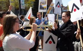 Sans tambours mais avec trompette, lors du piquetage du 8 mai à l'école Saint-Étienne.