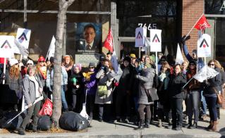 Silence radio au bureau de Gerry Sklavounos, député libéral de Laurier-Dorion, qui a laissé les membres des écoles de Villeray sur le trottoir. © Didier Helliet