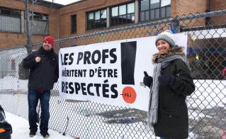 La banderole ainsi que les affiches aux fenêtres tiennent le coup à l'école Les-Enfants-du-Monde.