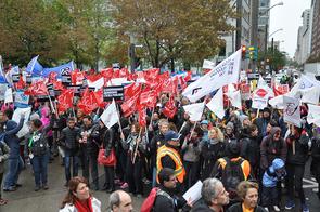 La foule estimée à 25 000 manifestants s'est rassemblée au pied de la tour de la Bourse. © Yves Parenteau