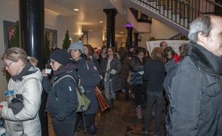 Heureux problème à gérer quand la file d'attente déborde dans le lobby et l'escalier du Centre Antique.