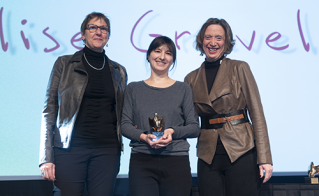 L'illustratrice Élise Gravel a reçu des mains d'Elaine Bertrand et de Catherine Renaud le prix Léo-Guindon pour sa contribution à l'oeuvre éducative.